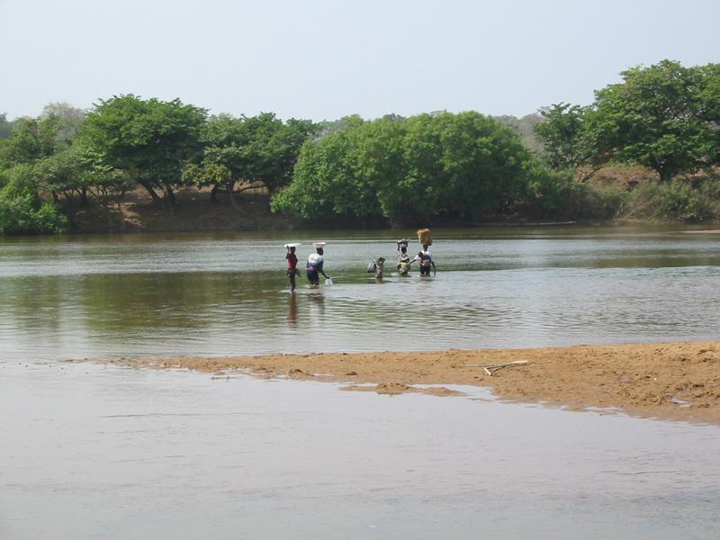 Foto Baro - der Fluss wird zu Fuss überquert